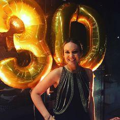 Nossa linda cliente @amandaessouza escolheu o nosso colete de correntes #babado para chegar com grande estilo aos 30! #semprecoleteria #coleteria  www.coleteria.com.br