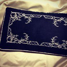 Декоративная подушка из бархата с вышитыми узорами