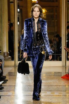 Versace Fall 2018 Menswear fashion show on Vogue Runway Fashion Mode, Fashion 2018, Fashion Pants, Runway Fashion, High Fashion, Winter Fashion, Fashion Outfits, Womens Fashion, Fashion Tips