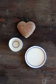 Small size white porcelain tray and mini bowl with a blue rim. Ceramic Studio, Modern Ceramics, Contemporary Ceramics, Ceramic Design, White Porcelain, Glass Of Milk, Tray, Pottery, Plates
