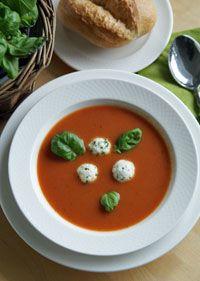 Tomatensuppe mit Kräuterklößchen    Tomatoe Soup with Mozzarella-Basil Dumplings