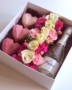 Gift box for a special occasion Valentines Gift Box, Valentine Desserts, Gift Box Birthday, Valentine Cake, Valentine Treats, Wine Gift Boxes, Wine Gifts, Wine Gift Baskets, Chocolate Hearts