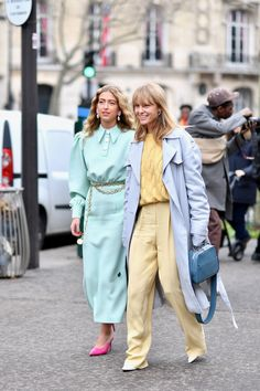 Paris Fashion Week - Street Style Part 2 - Find out about the one item everyone needs right now and more street style looks to replicate! Pastel Fashion, Colorful Fashion, Street Style Looks, Street Style Women, Womens Clothing Stores, Clothes For Women, Streetwear, Pastel Outfit, Monochrom