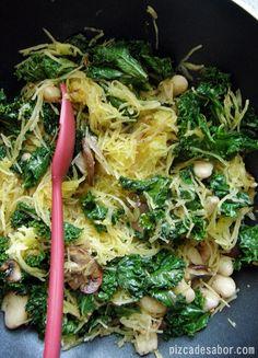 Calabaza espagueti con kale y alubias