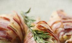 Qu'est-ce qui pourrait améliorer ce poulet tendre et juteux? Du bacon! Vous avez bien deviné. Des poitrines de poulet Prime juteuses et tendres enveloppées de lanières de bacon délicieux, ensuite imprégnées de romarin aromatique.