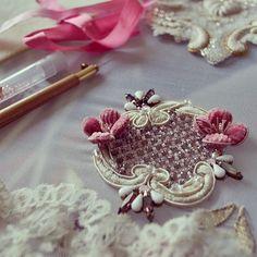 62 個讚,2 則留言 - Instagram 上的 Natalia Sorokina(@nataliasorokina25):「 Продолжение процесса. Осталось на полянку с цветами посадить маленькую цикаду.#goldembroidery… 」