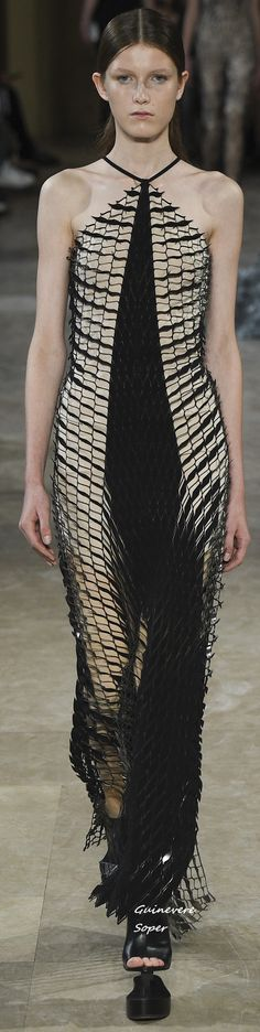 Spring 2016 Ready-to-Wear Iris van Herpen Love Fashion, Spring Fashion, Fashion 2016, Fashion Design, Fashion Black, High Fashion, Stylish Outfits, Cool Outfits, Belle Silhouette
