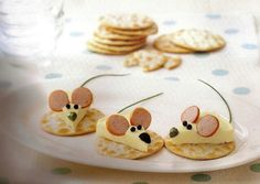 Edible mice on crackers food design and styling Cute Food, Good Food, Yummy Food, Snacks Für Party, Food Decoration, Food Crafts, Food Humor, Cooking With Kids, Creative Food