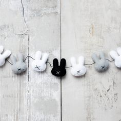 Felt bunny garland – reminds me of the minimalist Dutch children's book: Miffy the Bunny. Felt Diy, Felt Crafts, Easter Crafts, Diy And Crafts, Easter Decor, Cuadros Diy, Donut Decorations, Diy Bebe, Felt Garland