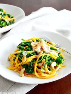 Butternut Squash Noodles with Spinach & Cashew Sauce. Vegan, gluten free, and quick to prepare, these butternut squash noodles with a spinach cashew sauce make a healthy and delicious weeknight dinner. Butternut Squash Noodle, Squash Noodles, Easy Healthy Recipes, Veggie Recipes, Dinner Recipes, Plat Vegan, Cashew Sauce, Courge Spaghetti, Eat Better