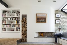 CHIMENEA DE PARED Convocados para rediseñar y ambientar una casa de esencia rústica con ladrillos expuestos, pisos de madera natural y vigas a la vista, los arquitectos de Scenario trabajaron para adaptar su espíritu a un lenguaje contemporáneo.