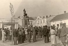 Poemas del río Wang: Iconoclasm Demolition of a statue of Lenin in a small town in Ukraine in the summer of 1941, after the German invasion