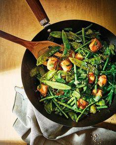 Poêlée de pois gourmands et haricots verts, poulet au miel pour 4 personnes - Recettes Elle à Table Seaweed Salad, Japchae, A Table, Gluten, Ethnic Recipes, Food, Products, Chicken Breasts, Cooking Recipes