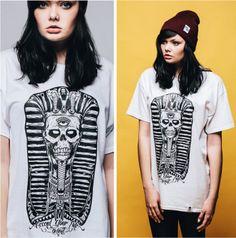 Deth Kult  Lancée le 1er décembre dernier, Deth Kult est une jeune marque anglaise inspirée par l'univers du graffiti, de la musique et du tattoo. Composée de seulement 2 t-shirts, leur première ligne reste quasi-confidentielle, mais le ton imprimé laisse de très bons espoirs pour la suite. A suivre de près donc…  http://www.grafitee.fr/tee-shirt/deth-kult/  #lifestyle #fashion #streetwear #Tshirts #UK #DethKult