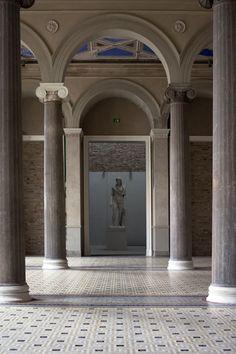 El Neues Museum está situado al norte del Altes Museum, en la Isla de los Museos de Berlín. Fue construido entre 1843 y 1855 según los planos de Friedrich August Stüler, un discípulo de Karl Friedrich Schinkel. Wikipedia