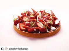 #Repost @academiedugout  ・・・  La sublime tarte à la rhubarbe, fraises et amandes de Claire Heitzler ❤️ retrouvez la recette offerte sur le site    #chef #claireheitzler #pâtisserie #yummy
