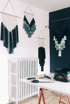 23 Clever DIY Christmas Decoration Ideas By Crafty Panda Yarn Wall Art, Diy Wall Art, Diy Wall Decor, Diy Wand, Diy Home Crafts, Diy Crafts To Sell, Macrame Wall Hanging Diy, Macrame Design, Diy Projects