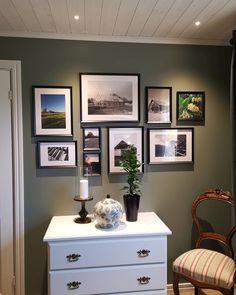 Antique Green fra Jotun har en dempet grønn tone. Få inspirasjon om Jotun Antique Green fra ekte hjem Gallery Wall, Antiques, Frame, Green, Inspiration, Home Decor, Stones, Antiquities, Picture Frame