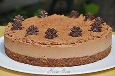 O aniversare, un moment special petrecut in familie sau cu prietenii trebuie neaparat sa includa un tort de ciocolata 😀 Unul pliiiin de ciocolata, decadent si delicios. Cum e acesta pe care vi-l arat acum, si care, pe deasupra, mai e si fara coacere!!! Bucurati-va pe deplin de gustul lui minunat!!!!!  Ingrediente: … Cheesecakes, Mai, Tiramisu, Good Food, Food And Drink, Cooking Recipes, Sweets, Sugar, Ethnic Recipes