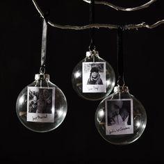 Una bella personalizzati foto Natale gingillo. Visualizzare i tuoi ricordi preferiti nella vostra casa. Ogni gingillo presenta la propria fotografia stampata come un miniture polaroid.    Un tocco meraviglioso su un classico preferito! Ogni pallina di Natale di vetro contiene la vostra fotografia prezioso, personalizzati e visualizzate per tutti da vedere.    Appendere ai ricordi di famiglia speciali sul vostro albero di Natale questinverno.    Un brillante regalo per un amico o una persona…