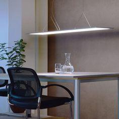 Transparent LED-riippuvalaisimessa on läpinäkyvä lasi suoraa ja epäsuoraa valonjakoa varten, joka on lähes läpinäkyvä, kun se kytketään pois päältä. Kun valo kytketään päälle, levy jakaa valon lähes häikäisemättä. Häikäisyarvon [UGR] ollessa alle 19, tämä riippuvalaisin sopii ehdottomasti toimistokäyttöön. Kirkas, tehokas ja epätavallisen muotoilun ansiosta tämä valaisin erottuu paitsi kaikista toimistolaitteista. Led