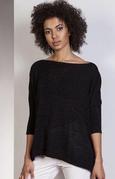 Lanti SWE114 sweter czarny Komfortowy sweter w stylu oversize,  wykonany z miękkiej i przyjemnej dzianiny, sweter ozdobiony połyskującą nitką Vogue