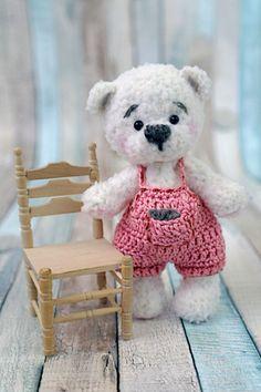 Bär Material: Häkelnadel Nr. 2 Bär: Baby Soft Wolle von Lana Grossa in Weiß ca. 30 gr. Latzhose: Baumwolle 50g/140m – 15 gr. Nähnadel Tieraugen Abbkürzungen: Lm - Luftmasche fM - feste Masche Stb – Stäbchen