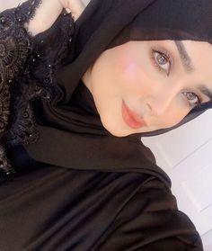 Beautiful Muslim Women, Beautiful Hijab, Hijabi Girl, Girl Hijab, Cute Girl Poses, Girl Photo Poses, Wedding Hairstyles With Crown, Ash Blonde Balayage, Girl Hand Pic