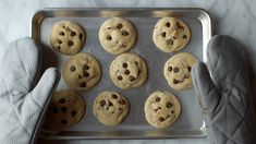 These are THE BEST soft chocolate chip cookies! Just ultra thick, soft, classic chocolate chip cookies! Fun Baking Recipes, Sweet Recipes, Dessert Recipes, Perfect Chocolate Chip Cookies, Chocolate Cookie Recipes, Old Fashioned Bread Pudding, Best Cookies Ever, Homemade Snickers, Vintage Skirt