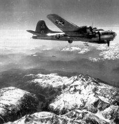 Un B-17G du 97th Bombardment Group (15th AF) en 1943. /// B-17G : ajout d'une tourelle Bendix sous le nez de l'avion et turbocompresseurs General Electric B-22; 8 680 exemplaires.