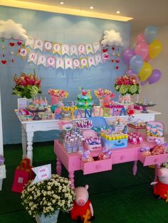 This is an amazing set up Pig Birthday, 4th Birthday Parties, Birthday Party Decorations, George Pig Party, Cumple Peppa Pig, Festa Party, First Birthdays, Party Time, Pigs