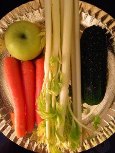 Apio, manzana, pepino, zanahoria, centrifugas en la licuadora para extraer sólo el zumo.