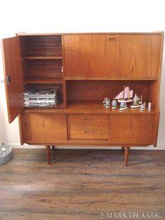 Pastoe jaren '60 dressoir. Mijn ouders hadden ook zoiets, alleen zat de laden helemaal rechts.