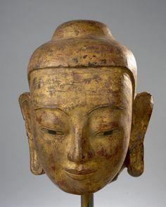 Tête de Buddha à la beauté juvénile coiffée de la protubérance crânienne ushnisha. Pierre grès beige laquée et dorée. Birmanie. Royaume d'Ava. XIXe siècle. 40cm.