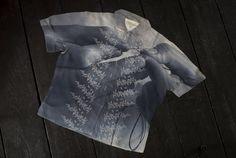 Learning to sew, 2012 L'artiste anglaise Shelly Goldsmith interroge le vêtement comme support de mémoire, représentant une frontière entre notre inconscient et le monde extérieur. Mélangeant …