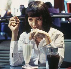 """Mia Wallace (Uma Thurman) z """"Pulp Fiction"""". Potrzebujesz: czarnych, rozszerzanych spodni, śnieżnobiałej koszuli, kruczoczarnej i krótkiej peruki oraz manikiuru w kolorze krwistej czerwieni. / fot. Getty Images"""