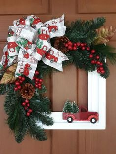 60 DIY Picture Frame Christmas Wreath Ideas that totally fits your Budget 60 DIY-Bilderrahmen-Weihnachtskranz Ideen, die genau zu Ihrem Budget passen - Picture Frame Wreath, Christmas Picture Frames, Picture Frame Crafts, Picture On Wood Diy, Outdoor Christmas Decorations, Rustic Christmas, Christmas Holidays, Hanukkah Decorations, Christmas Truck