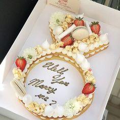 מי תסרב עם עוגה כזאת? Will you marry me cake  #strawberry #gargeran #meringue #vanilla #biscuit #flower #macarons #popcorn #willyoumarryme #bridetobe