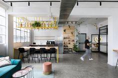 Когда израильская стартап-компания Whizar привлекла 3 миллиона долларов инвестиционного капитала, они сделали противоположное тому, что можно было ожидать: они покинули свой главный офис на верхнем этаже и переехали в отреставрированное старое промышленное здание. Бывша�