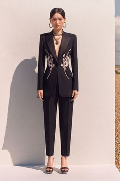 The complete Alexander McQueen Resort 2020 fashion show now on Vogue Runway. Alexander Mcqueen Kleider, Alexander Mcqueen 2017, Alexandre Mcqueen, Alexander Mcqueen Savage Beauty, Fashion 2020, Runway Fashion, Fashion Outfits, Womens Fashion, Fashion Trends