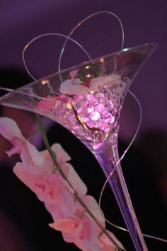 Centre de table vase à Martini 70 cm, perles d'eau, branche d'orchidées, fil d'aluminium et lumière à LED rose.
