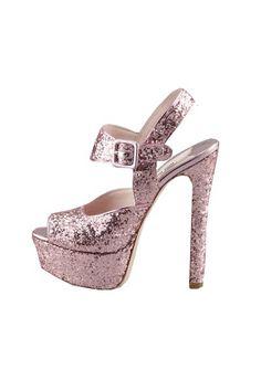 Tendencias: Los zapatos más rompedores de 2013 Sandalia glitter en rosa, de Miu Miu.