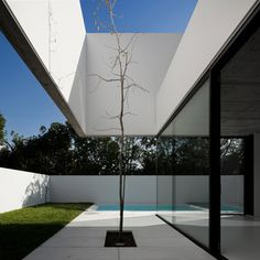 This top-heavy house sits in the village of Aldeia de Juso in Portugal. The house was designed by ARX Portugal and Stefano Riva. Named House in Juso,. Minimalist Garden, Minimalist Home, Portugal, Residential Architecture, Interior Architecture, Concrete Architecture, Minimalist Architecture, Interior Design, Outdoor Landscaping