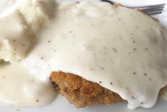 Easy White Country Gravy is made with 5 ingredients! A gravy that is smooth, creamy, full of rich flavor and easy to make in minutes! Flour Gravy Recipe, Homemade Gravy Recipe, Homemade Sausage Gravy, Dairy Queen White Gravy Recipe, White Country Gravy Recipe, White Pepper Gravy, Cheap Family Dinners, Best Biscuits And Gravy, Breakfast Gravy