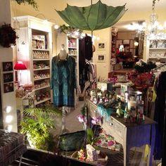 Fenster bei Nacht. #samstagnacht #WisteriasRoom #potsdam #berlin #shoplocal #shop #british #light #living #accessory #roses #decoration #interiordesign #kringlecandle #organiccotton #instahome #fashion #towel #pillow #design #creative #shabbyhomes #vintagestyle