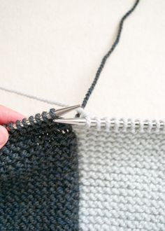 Intarsia in Garter Stitch - color change yarn trapping in garter stitch photo tutorial by Purl Soho