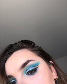 "Melody Barek on Instagram: ""On s'occupe comme on peut !  Osez la couleur 🦋🐳💎💙 #makeupartist #palette #hudabeauty #jamescharlespalette #morphebrushes #blue #makeupblue…"" Comme, Palette, Makeup, Instagram, Fashion, Color, Make Up, Moda, Fashion Styles"