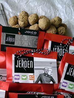 Zaadbommetjes van klei en bloemzaadjes speciaal voor bijen en insecten. Mooi verpakt zodat kapper Jeroen zijn klanten kon bedanken tijdens Kerst.