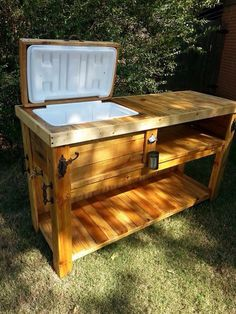 Plans of Woodworking Diy Projects - Rolling Cooler Cart Get A Lifetime Of Project Ideas & Inspiration! Wood Cooler, Patio Cooler, Outdoor Cooler, Pallet Cooler, Diy Pallet Projects, Woodworking Projects Diy, Woodworking Plans, Woodworking Furniture, Diy Projects Camping