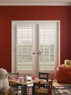 Los shutters o contraventanas interiores son elementos de madera con lamas ajustables para cubrir ventanas.